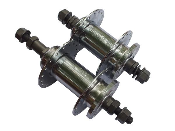 下面主要介绍一下如何安装自行车花鼓?   第一: 如果你是传统代步车,尤其是后变速在6段以内的,选择扭式花鼓,如果是卡式飞轮(一般飞轮7到10速),选择卡式碟刹花鼓,特征是卡式花鼓里面包含了飞轮的棘轮.扭式反之;   第二: 如果你想用碟刹,选择带碟片安装孔的花鼓;   第三: 如果你想玩高强度的骑行,选择滚珠花鼓,不要使用滚珠轴承,因为强度来说,散的滚珠受力更大.